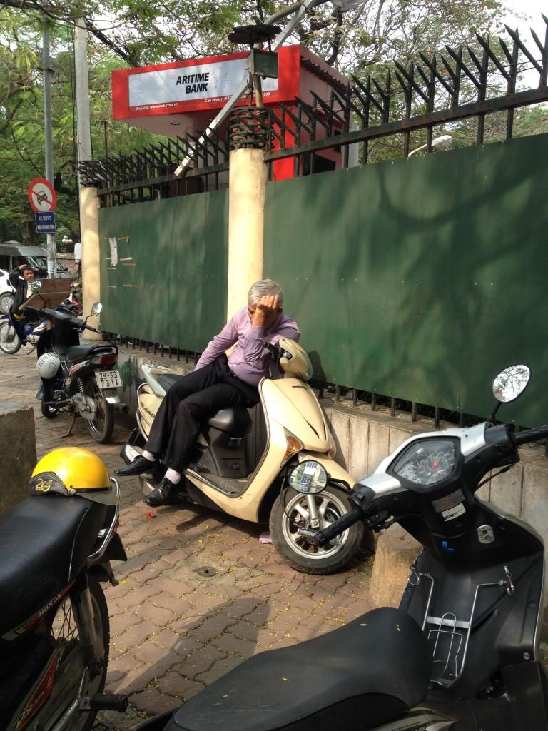 Le hamac c'est has been, moi pour ma sieste j'ai mon scooter